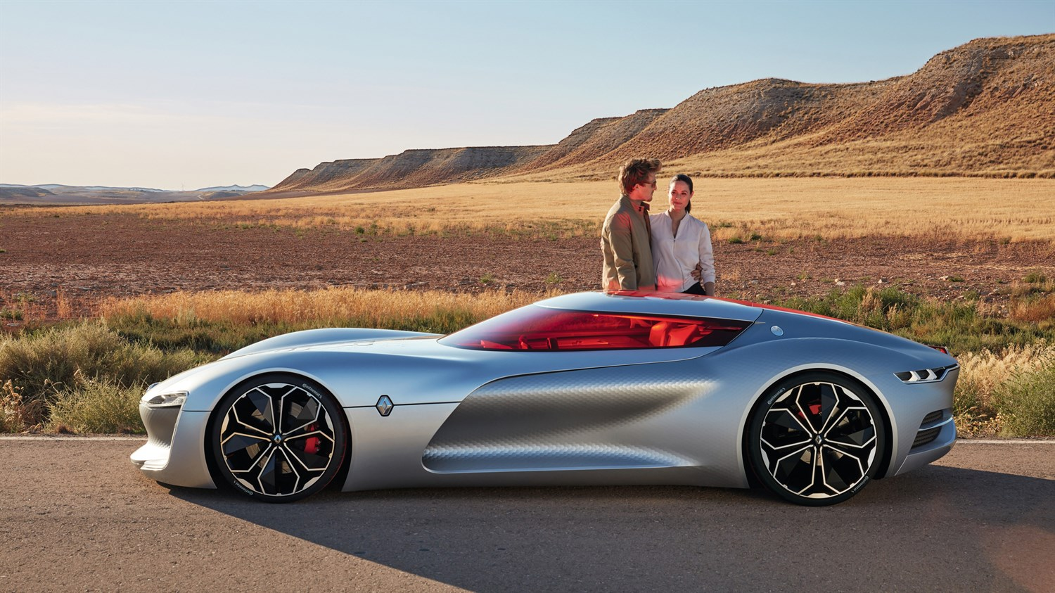 Renault TREZOR Concept -couple behind a car