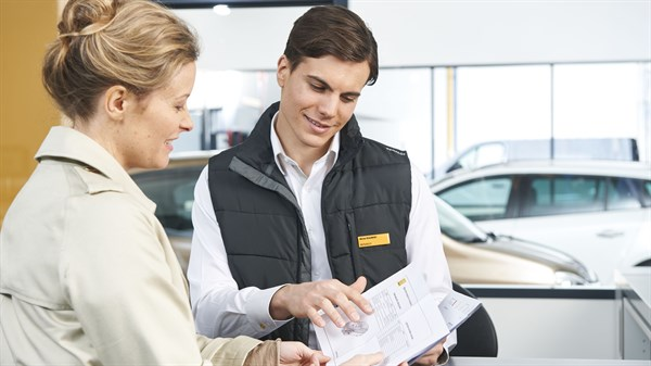Renault Confidence - An expert advising a customer